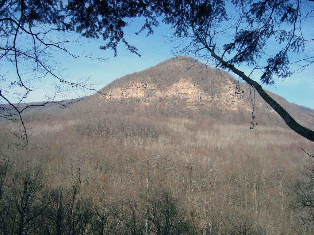 Гора Нависла и Медвежьи скалы на ней