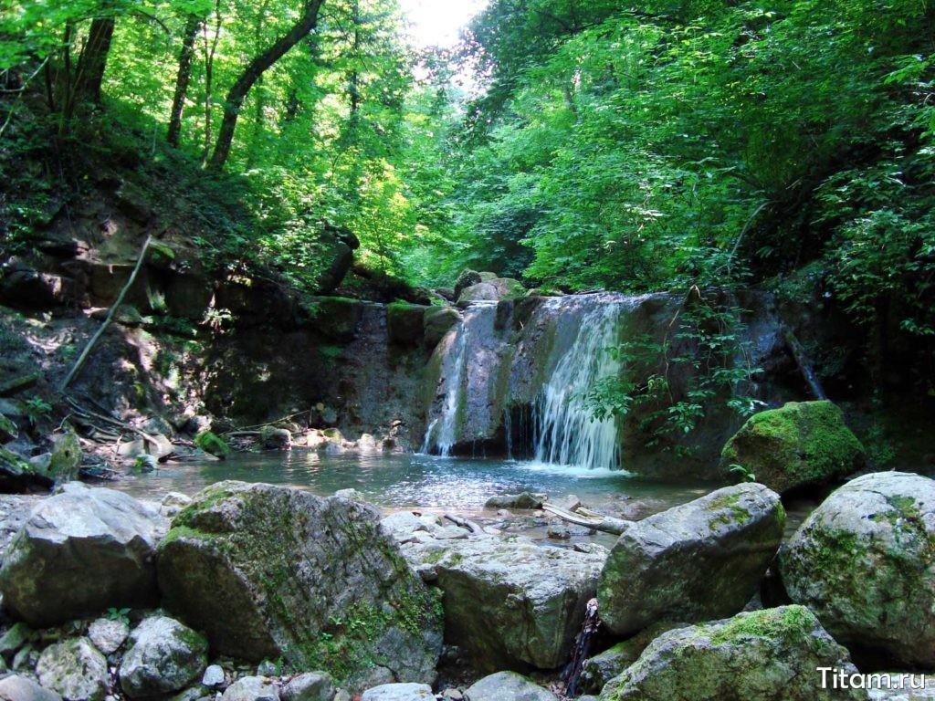 Один из первых водопадов