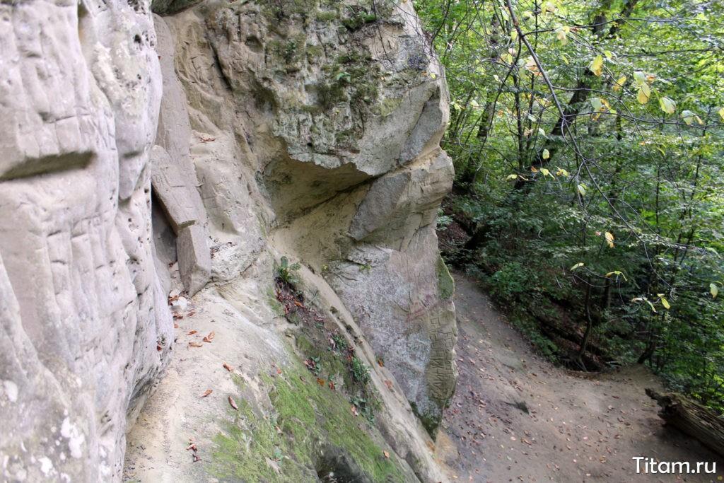 Тропа вдоль скалы