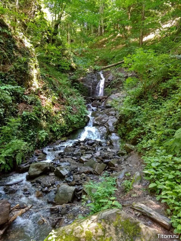 Один из водопадов в начале