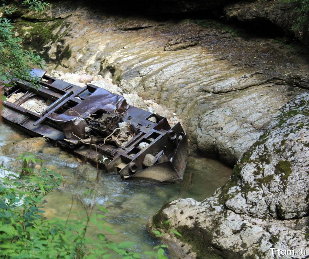 Упавший в реку тепловоз. Гуамское ущелье