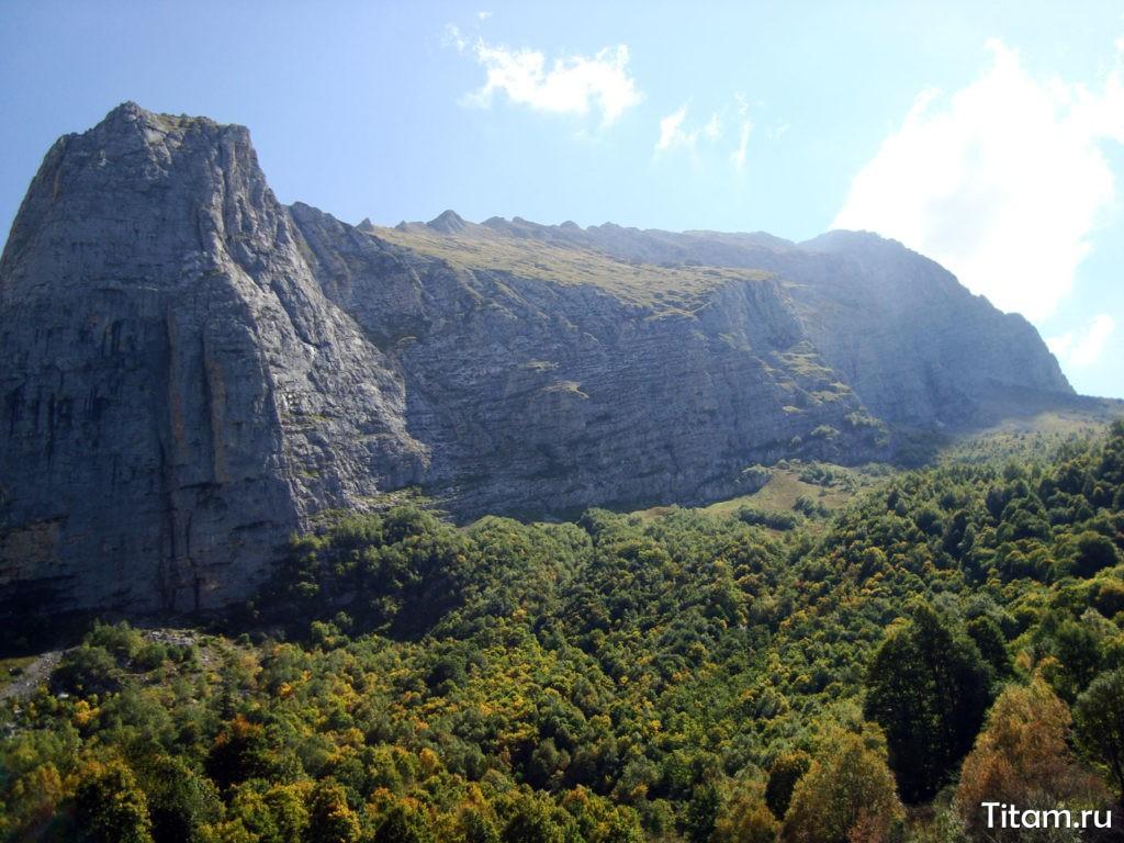 Вид на отроги Фишта со стороны Водопадистого