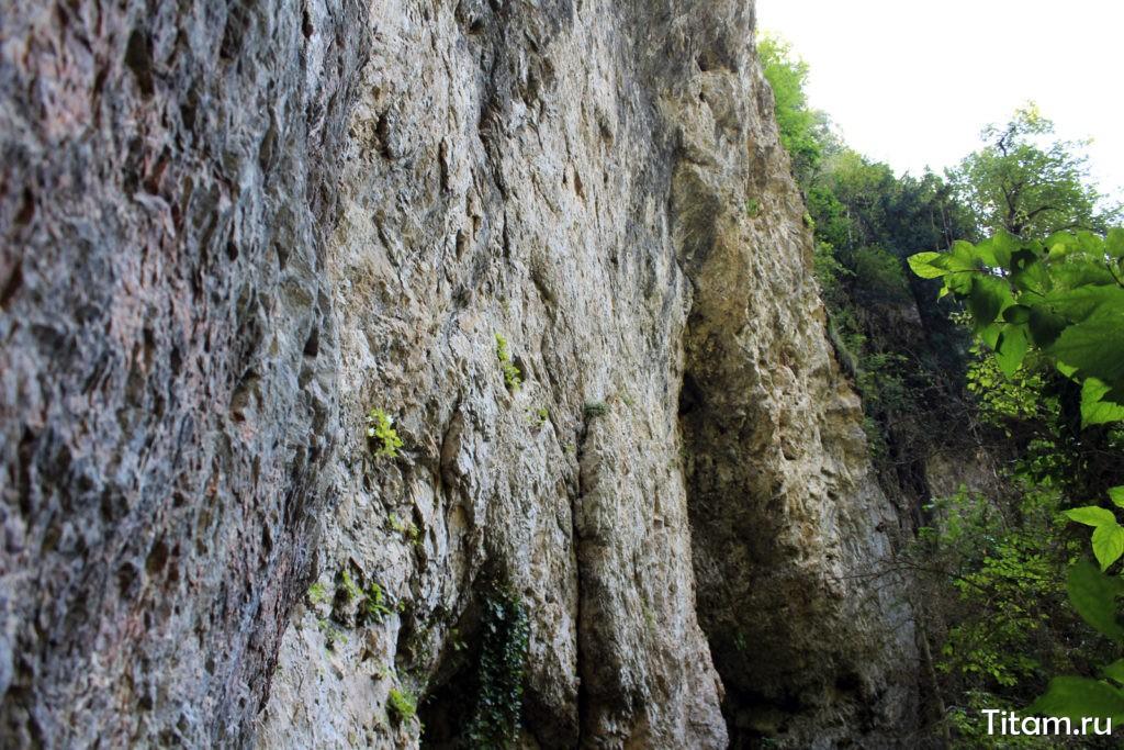 Скалы над гротом
