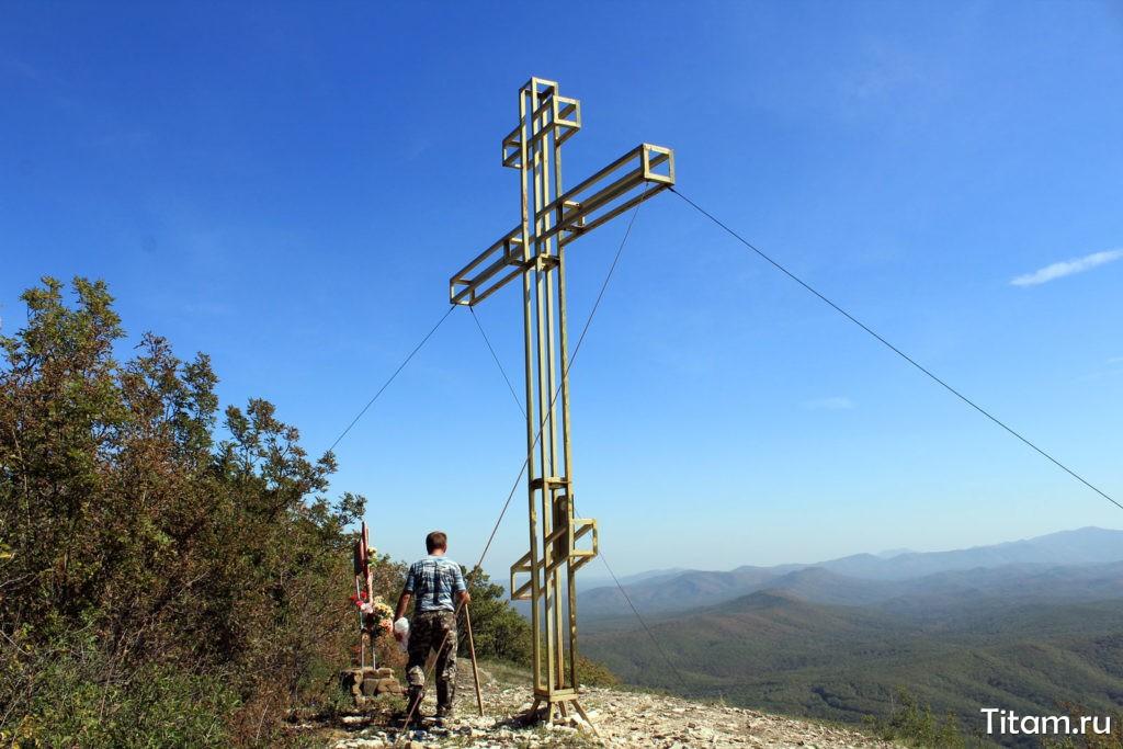Обелиск и крест на вершине горы Шизе