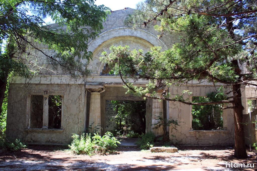 Фасад заброшенной дачи Суворина