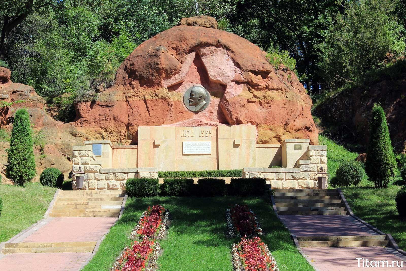 Борельеф Ленина. Красные камни