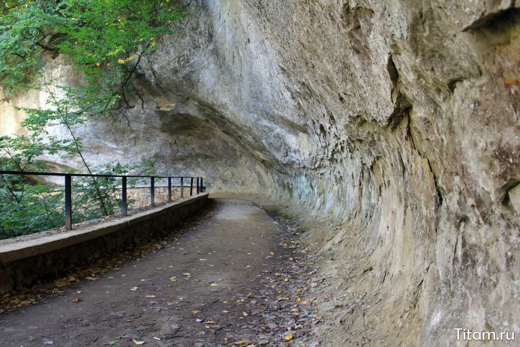 Тропа Косыгина. Нависающие скалы