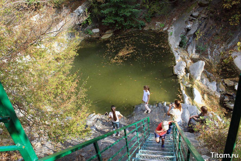 Лестница к водопаду Изумрудный