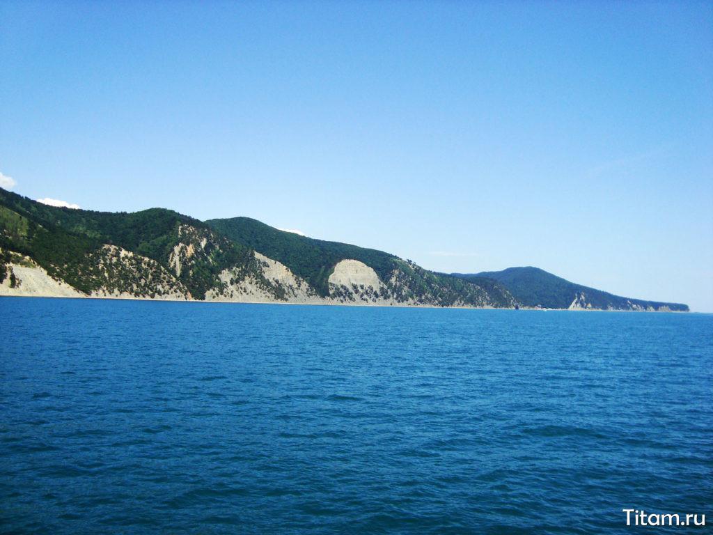Вид с моря на берег и скалу Парус