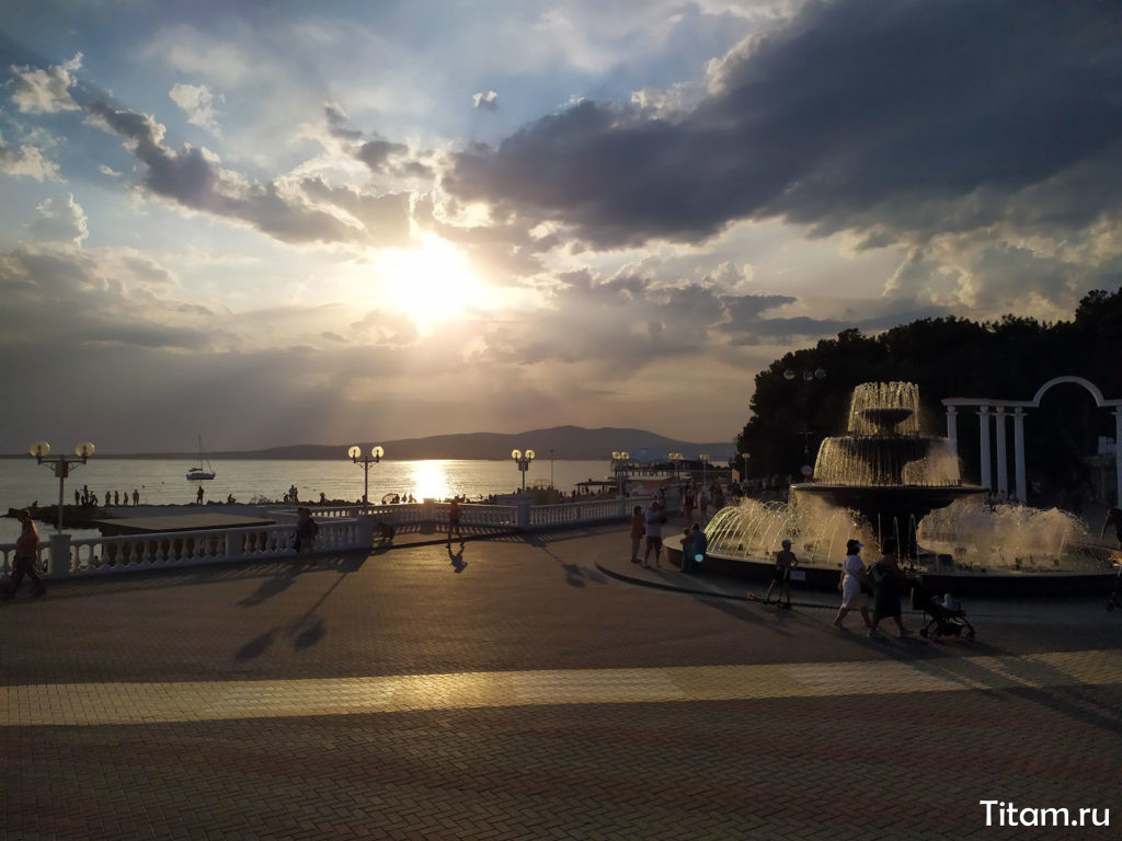 Фонтан на набережной Геленджика