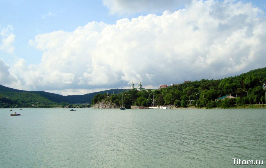 Озеро Абрау и вид на село Абрау-Дюрсо