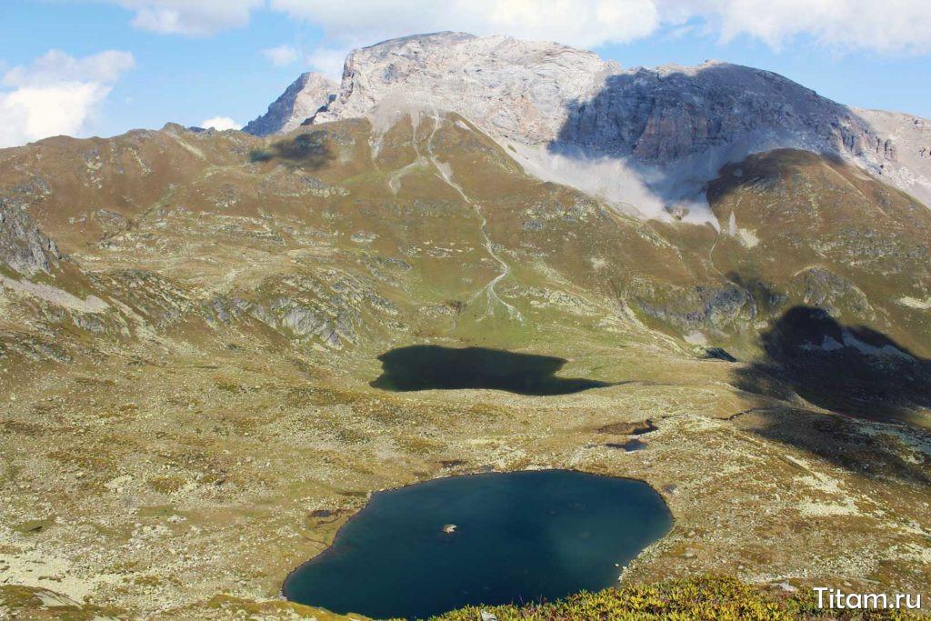 Озеро с камнем и за ним озеро Ацгара